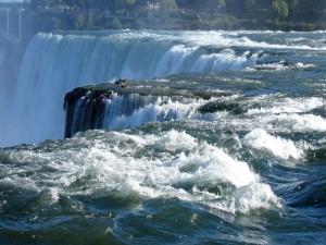 Personas admirando las cataratas del Iguazú (Argentina)