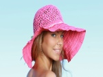 Mujer rubia con un sombrero rosa