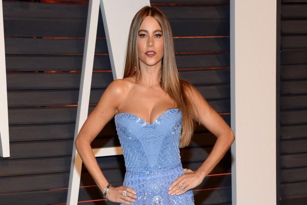 La actriz Sofía Vergara con un vestido azul