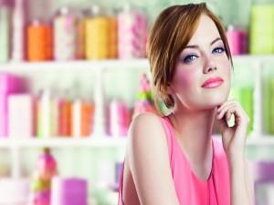 Emma Stone con maquillaje rosa