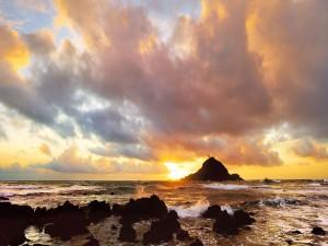 Nubes sobre el mar al amanecer