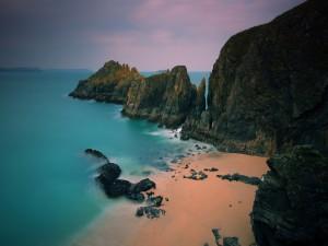 Rocas oscuras en una pequeña playa