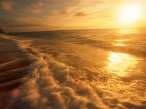 El sol reflejado en la superficie del mar