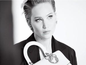 Imagen en blanco y negro de la actriz Jennifer Lawrence
