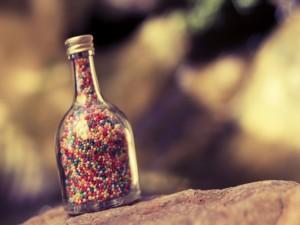 Pequeños caramelos en una botella