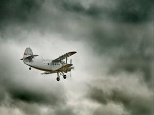 Antonov An-2 volando en un día nublado
