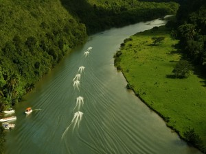 Barcos navegando en el río
