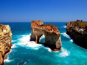 Hermosas formaciones rocosas en el mar