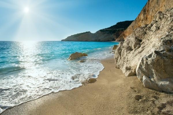 El sol brillando en la orilla del mar