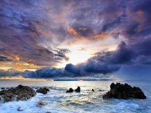 Nubes bajas sobre el mar