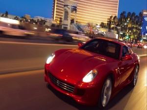 Ferrari circulando por una ciudad