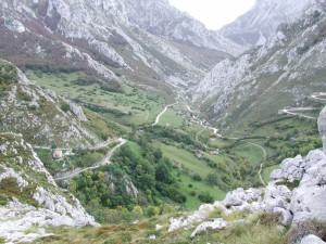 Pequeño pueblo entre montañas (Picos de Europa, Asturias)