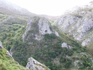 Cueva en una gran roca