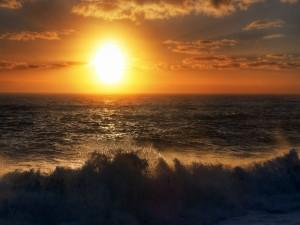 Brillante sol sobre el mar