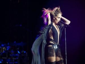 Jennifer Lopez cantando en un concierto