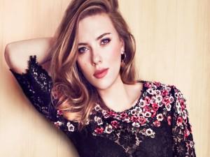 Scarlett Johansson con una blusa de flores