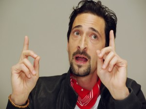 Adrien Brody con un pañuelo rojo en el cuello