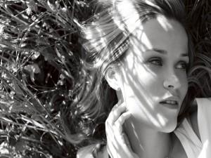 Reese Witherspoon tumbada sobre la hierba
