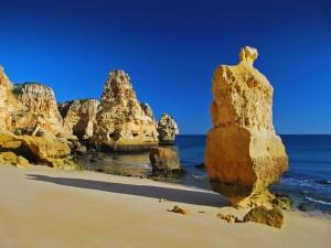 Rocas erosionadas en una playa