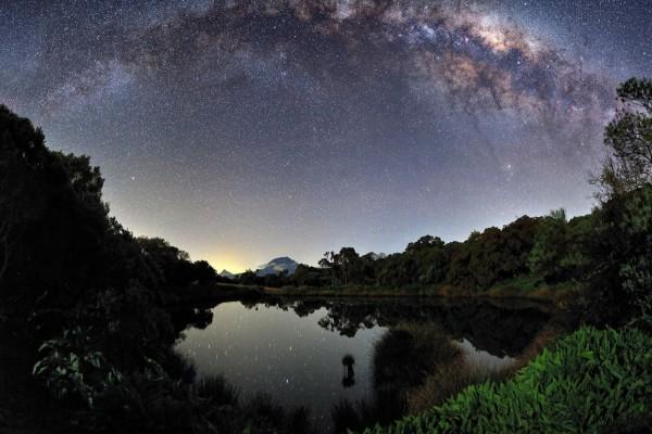 Increíble Vía Láctea reflejada en un lago