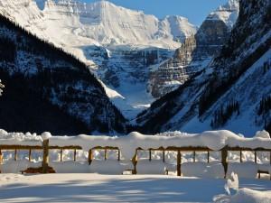 Montañas y vallas cubiertas de nieve