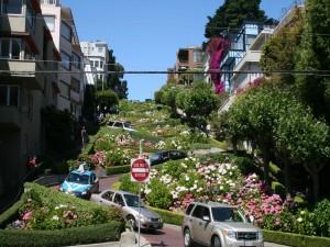 Coches bajando por una calle de San Francisco