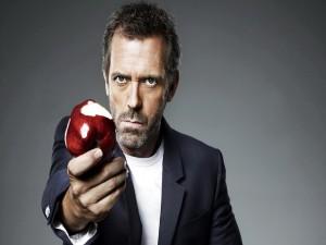 El actor Hugh Laurie con una manzana roja