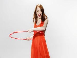 Emma Stone divirtiéndose con un hula hoop
