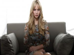 Jennifer Lawrence sentada en un sillón