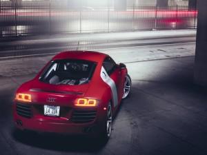Un Audi R8 con las luces encendidas