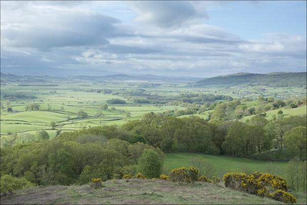 Nubes sobre el valle verde