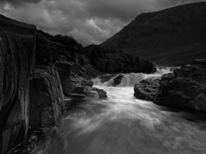 Río torrentoso entre rocas