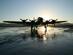 Un avión carreteando al amanecer