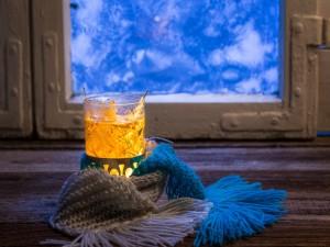 Té y bufandas junto a una ventana