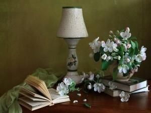 Flores en el rincón de lectura