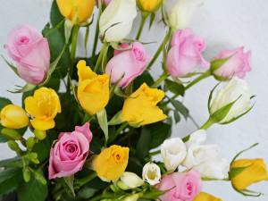 Ramo de rosas amarillas, rosas y blancas