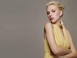 Scarlett Johansson con un vestido amarillo