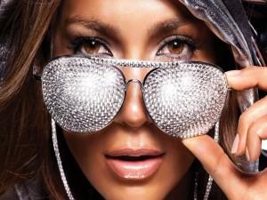 Jennifer Lopez con unas gafas de diamantes