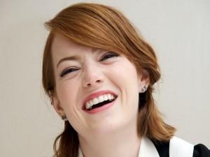 La actriz Emma Stone sonriendo