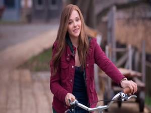 Chloë Moretz montando en bicicleta