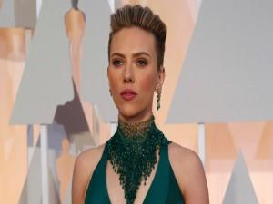 Scarlett Johansson con un moderno corte de pelo