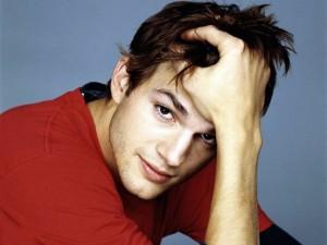 Ashton Kutcher con camiseta roja