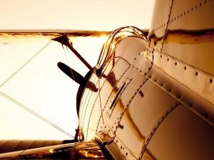 El sol iluminando una avioneta