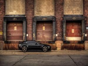 Aston Martin V12 negro