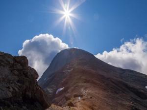 Montaña bajo el deslumbrante sol