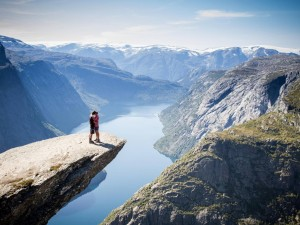 Pareja besándose sobre Trolltunga (Noruega)
