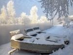 Barcas de madera cubiertas por una gruesa capa de nieve