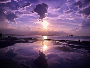 Gente admirando la puesta de sol
