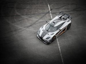 Koenigsegg en un aparcamiento