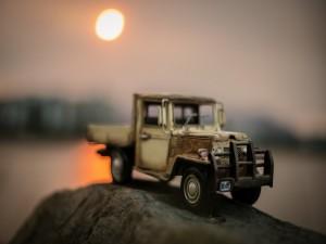 Camioneta de juguete sobre una roca